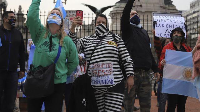 """Los manifestantes planean hacer una """"vigilia"""" hasta que termine el debate. Las consignas: impunidad, nuevos fueros y corrupción."""