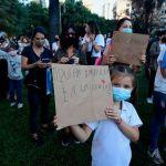 Protestas en la ciudad de Buenos Aires para exigir que no cierren las escuelas: padres y alumnos se concentraron frente al Ministerio de Educación