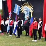 Alumnos juraron lealtad a una bandera que no es la Argentina, juran lealtad a banderas comunistas, Se viene el Chavismo!