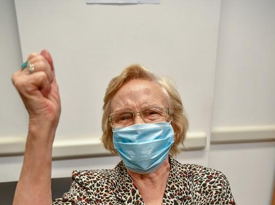 Elsa, una mujer de 90 años es la vacunada número un millón en el país