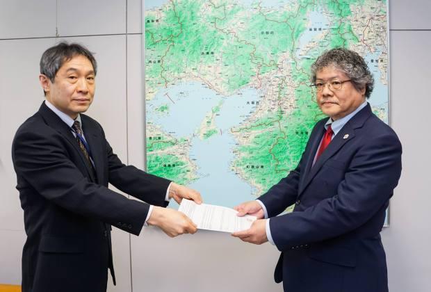 20日午前11時から総務省近畿総合通信局で開かれた予備免許交付式では、株式会社FMおおつの古田誠代表取締役が土屋正勝放送部長から、予備免許通知書を受け取りました。