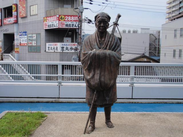 JR琵琶湖線(東海道本線)、京阪石山坂本線が隣接する石山駅前の芭蕉像。観光客の皆さんを歓迎しています