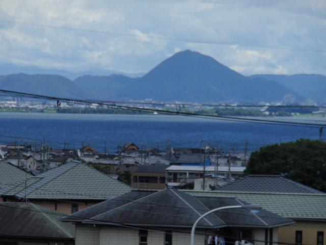 おごと温泉駅のホームからは琵琶湖や三上山(野洲市)が見えます