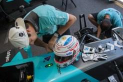Nelson Piquet Jr com o capacete estilizado para a etapa de Buenos Aires (Foto: Manolo Media)
