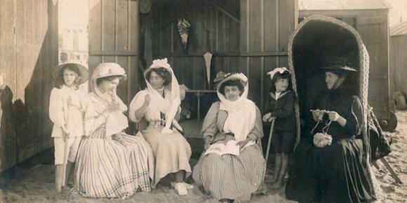 Des femmes devant la cabine de bains sur la plage de Berck, vers 1900-1920. (COLLECTION CHRISTOPHEL VIA AFP)