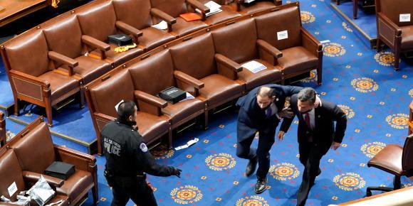 Un membre du Congrès escorté par les policiers