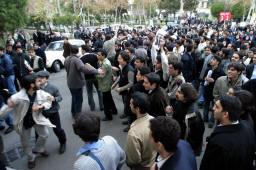 studenti attaccano ufficio Egitto