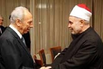 La stretta di mano tra Muhammad Sayid Tantawi e Shimon Peres
