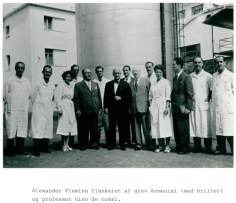 Inaugurazione della fabbrica: al centro, in abito scuro, Alexander Fleming. Subito alla sua destra, con gli occhiali, Giovanni Armenise (1)