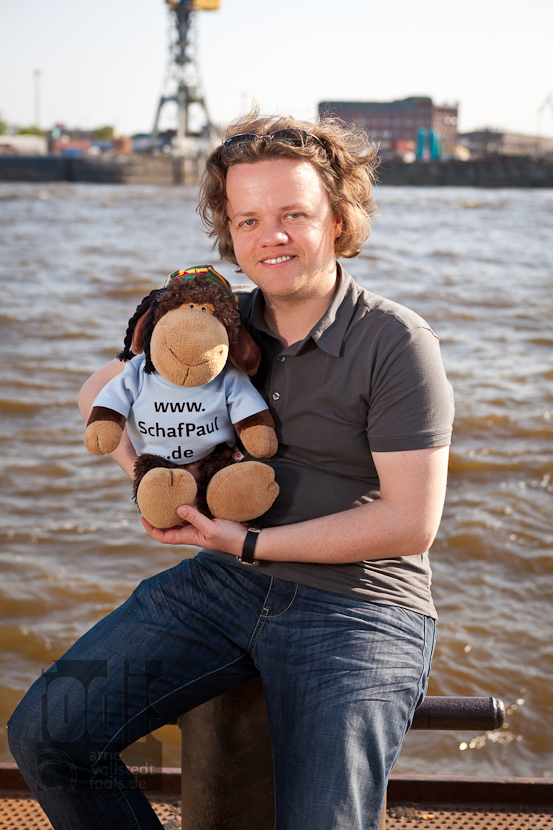 Schaf Paul mit seinem Fotografen Arne Vollstedt
