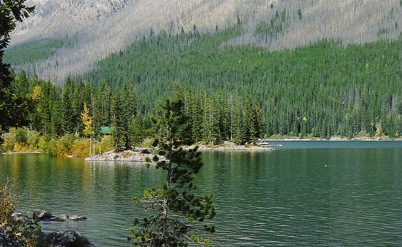 Summer reflections and hut - Lake Minenwanka (near/Banff)