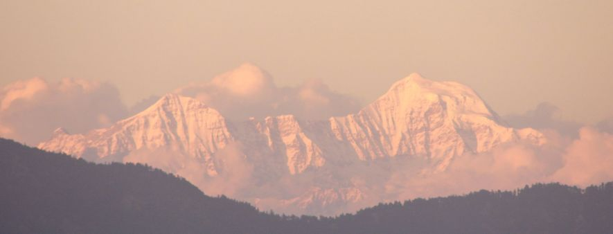 1920px-Himalayas_at_dusk_from_Mussoorie,_Uttarakhand