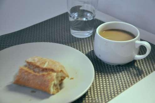 Un café et du pain.