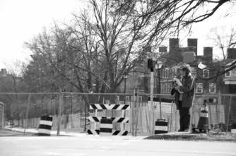 Une femme attend à croiser la rue.