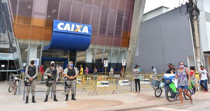 Prefeitura apoia organização de filas para auxilio emergencial (Fotos Fagner Delgado) (2) (Copy)