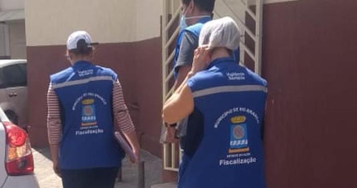 Fiscais estiveram em comércios do bairro Bosque nesta terça (30) — Foto: Tálita Sabrina/Rede Amazônica Acre