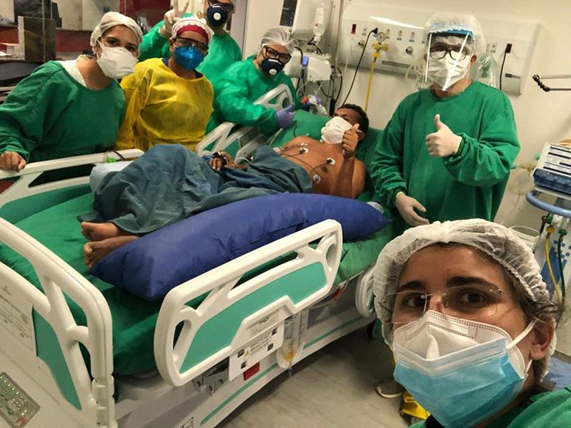 Doutor Jenilson Leite dá alta médica para paciente com Covid no PS/Foto: Reprodução Facebook