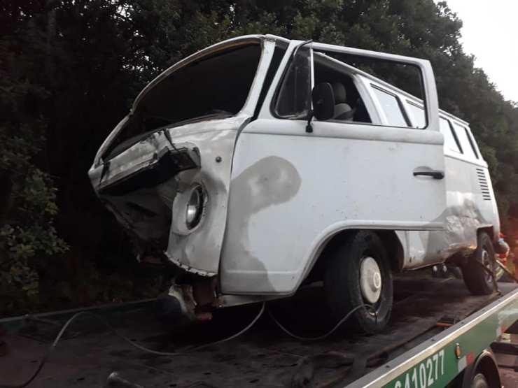 Uma mulher, de 40 anos, que estava na VW Kombi, ficou gravemente ferida. Ela sofreu amputação de membros inferiores e segue internada no Hospital Regional