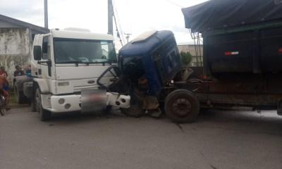 Acidente envolvendo caminhões bloqueia trânsito na Professor Cleto