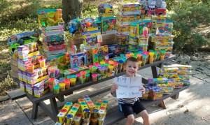 """Menino de 5 anos doa brinquedos a hospital após vencer o câncer: """"Deus tem grandes planos"""""""