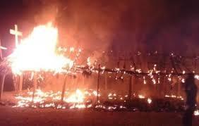 Igreja é incendiada por multidão após Bíblias serem destruídas, na Índia