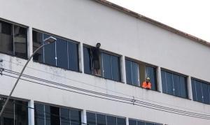 Homem desiste de pular de prédio após multidão cantar louvor, em Minas