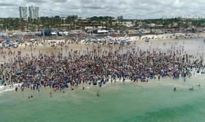 Igreja realiza batismo coletivo com 2000 pessoas, em Salvador