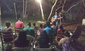 Missionários iniciam igreja debaixo de árvore na Amazônia e levam pessoas ao batismo