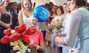 """Enfermeiros cantam """"Ousado Amor"""" para homenagear paciente que venceu o câncer"""
