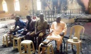 Pastores mantêm culto em igreja incendiada após destruição de aldeia cristã, na Nigéria