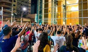 Multidão se reúne para orar em shopping onde jovens cometeram suicídio