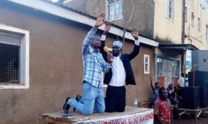 Líder muçulmano entrega sua vida a Jesus em cruzada evangelística, em Uganda
