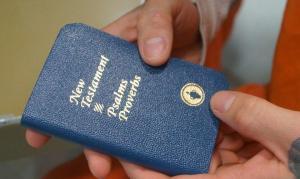 Após ação de ateus, tribunal proíbe Gideões de distribuir Bíblias em escolas nos EUA