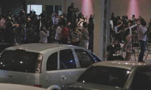 Igreja quebra paredes para unir culto presencial a drive-in, no interior de SP