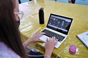 Aulas on-line começam com grande participação dos estudantes na rede municipal de Barueri