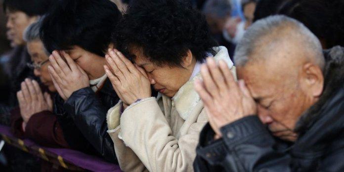Cristãos na China orando