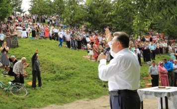 Evangelista Ghiorghi Cazacu durante pregação nas ruas do leste europeu
