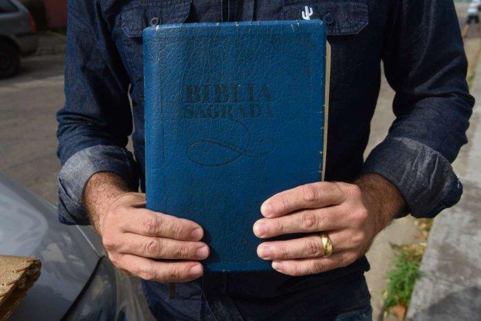 Corretor de imóveis mostra uma das bíblias que ofereceu aos bandidos