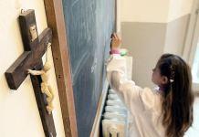Sala de aula com cruz