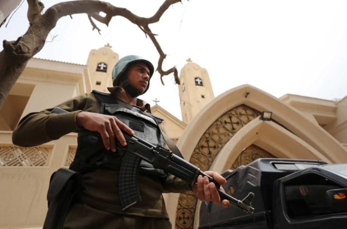 Policial em frente de uma igreja