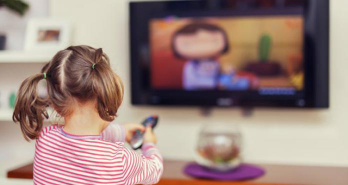 Criança assistindo a televisão