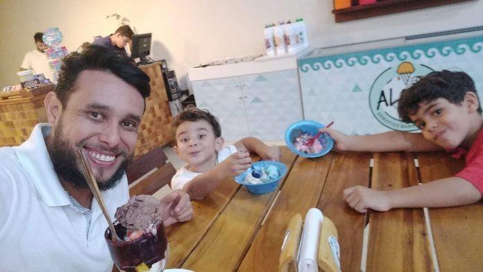 Pastor George Alves, o enteado Kauã, de 6 anos e seu filho Joaquim, de 3 anos