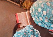 Cristã lendo a Bíblia em Camarões