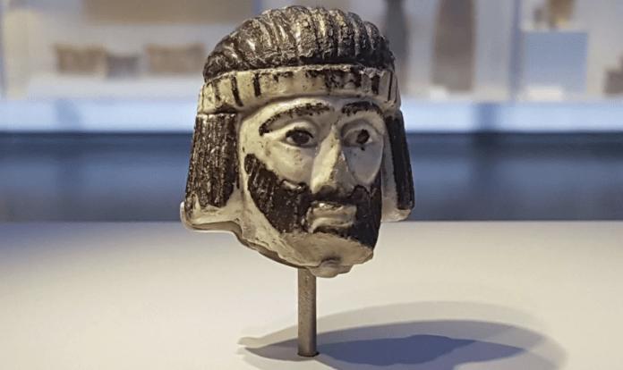 Escultura da cabeça de um rei em exposição no Museu de Israel, datando dos tempos bíblicos.