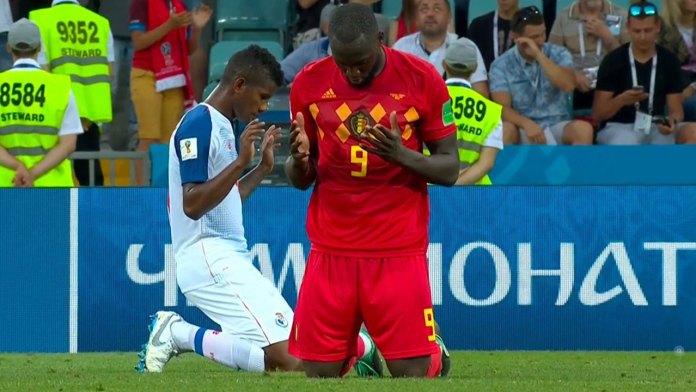 Romelu Lukaku da Bélgica (D) e Fidel Escobar do Panamá ajoelhado em oração após uma partida da Copa do Mundo de 2018 na Rússia em 18 de junho de 2018.
