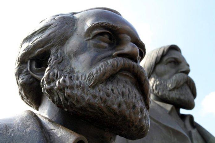 Estátuas de Marx (em primeiro plano) e seu grande amigo Engels