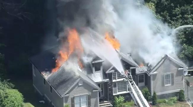 Incêndio destrói casa da cantora Elaine de Jesus, nos EUA