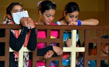 Mulheres cristãs coptas assistem a um culto em uma igreja no Egito