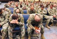 Soldados do Exército dos EUA orando