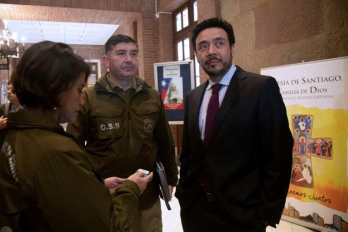 Emiliano Arias (D), promotor a cargo das investigações por encobrimentos de abusos sexuais na Igreja chilena, em Santiago